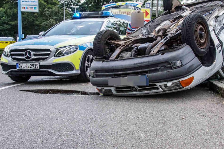 Opel wird durch Crash an Verkehrsinsel gedrückt und überschlägt sich