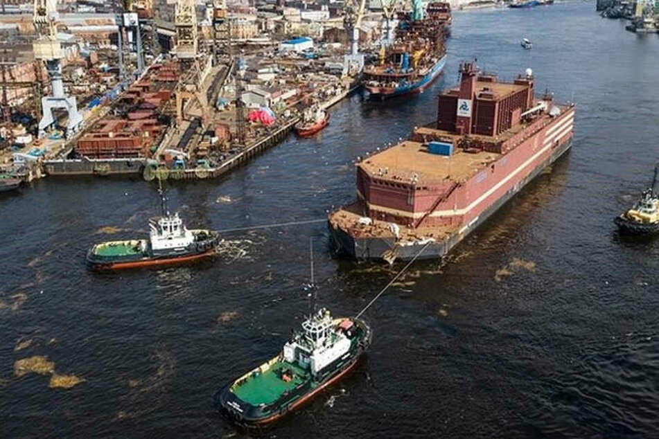 Hier verlässt ein schwimmendes Atomkraftwerk die Werft