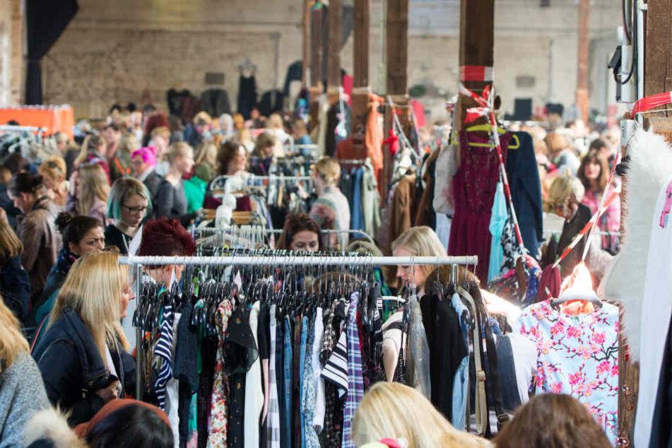 """Jede Menge coole Klamotten könnt Ihr beim Mädelsflohmarkt """"Weiberkram"""" in Herford shoppen. (Symbolbild)"""