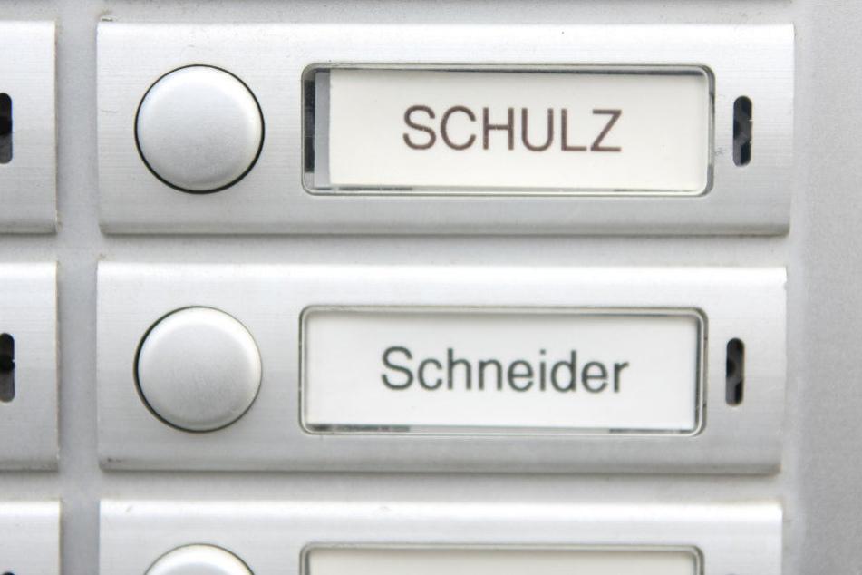Werden Namensschilder bald durch Nummern ersetzt? Datenschützer halten das für übertrieben.
