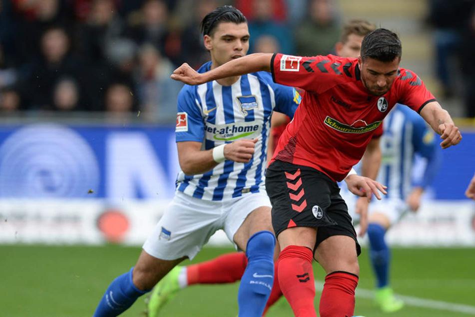 Karim Rekik (l) von Berlin und Marco Terrazzino (r) von Freiburg kämpfen um den Ball.