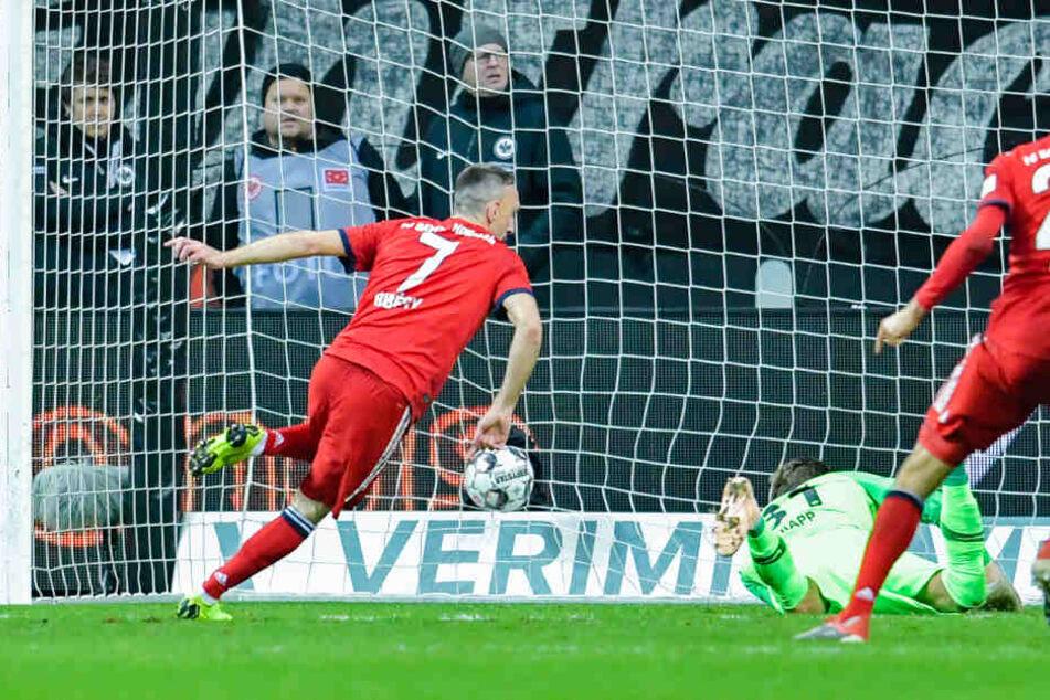 Ribery schiebt zur 1:0-Führung für den FC Bayern ein.