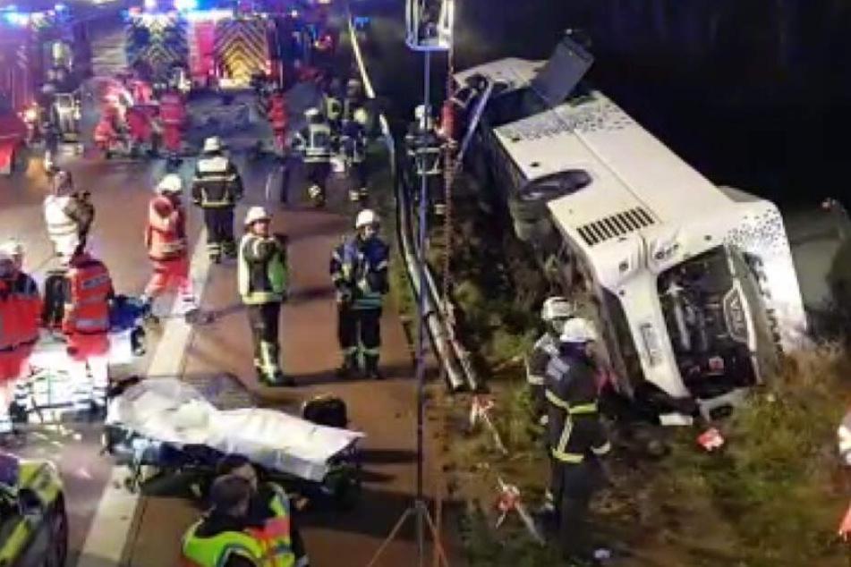 Der polnische Reisebus liegt neben der Fahrbahn. Zahlreiche Rettungskräfte sind im Einsatz.