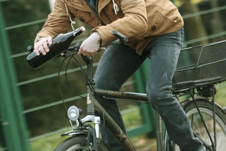 Ein Zeuge hatte zuvor die Beamten alarmiert, weil der Radfahrer seinen Angaben zufolge die ganze Fahrbahn benötigte (Symbolbild).