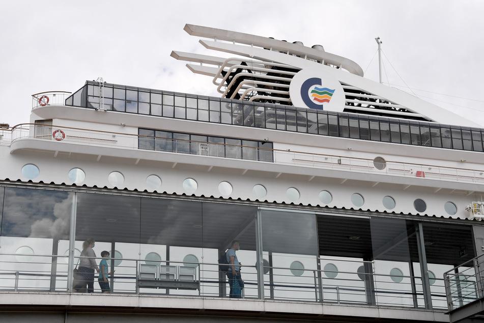 Kiel: Passagiere gehen an Bord der MS Color Magic. Erstmals darf die Oslo-Fähre nach den Beschränkungen durch die Corona-Pandemie wieder mit deutschen Touristen an Bord Kurs Norwegen nehmen.