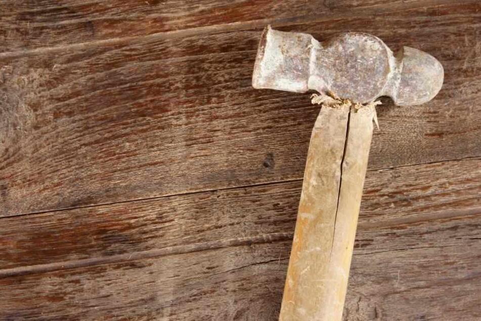 Er schlug ein zwei Meter hohes und 90 Zentimeter breites Loch in die Wand. (Symbolbild)