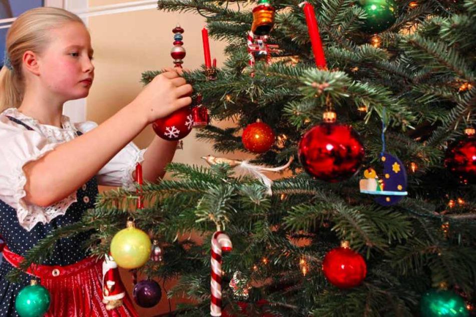 Einen Großen Schutz bieten bei echten Kerzen am Weihnachtsbaum, selbstlöschende Kerzen.