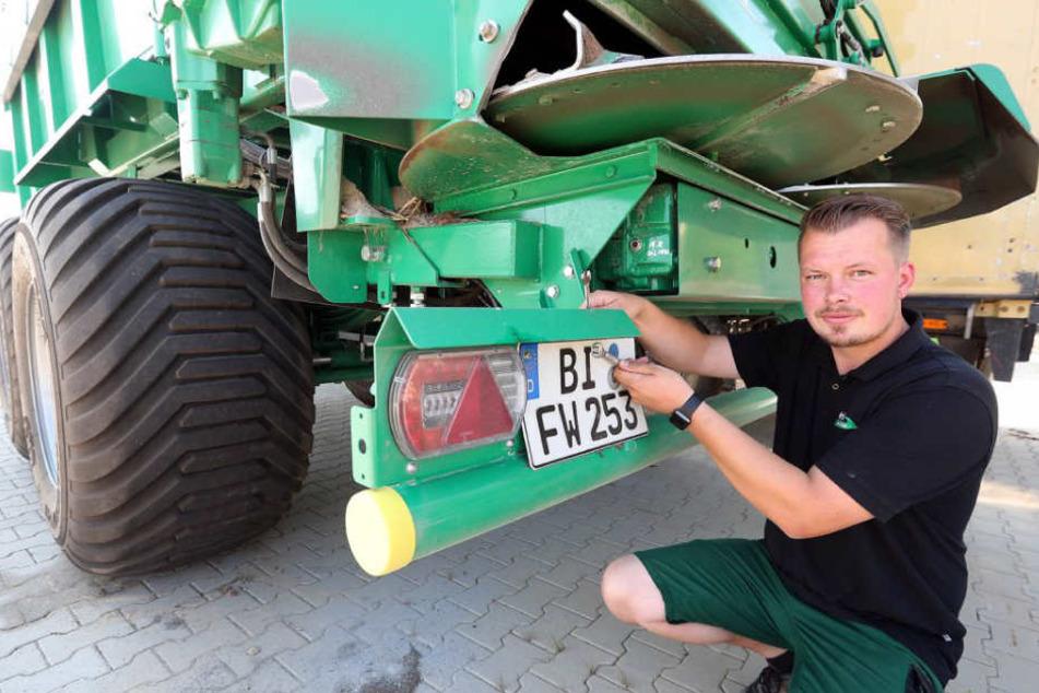 Sebastian Dörmanns Kalkstreuer bekam trotz Maßangaben bei der Zulassungsstelle ein viel zu großes Nummernschild.