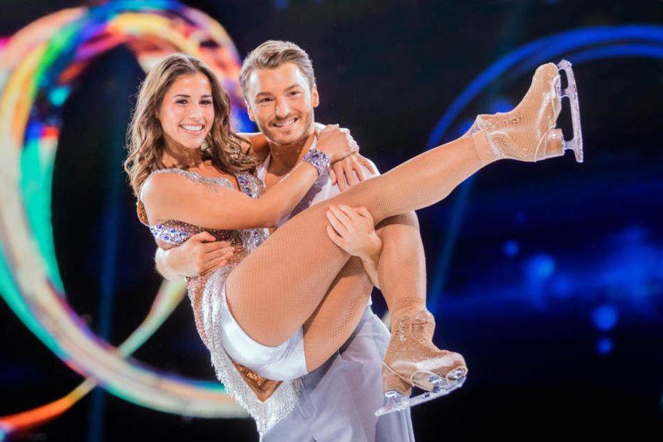 Nach einer erfolgreichen Show freuten sich die beiden Tänzer auf dem Eis.