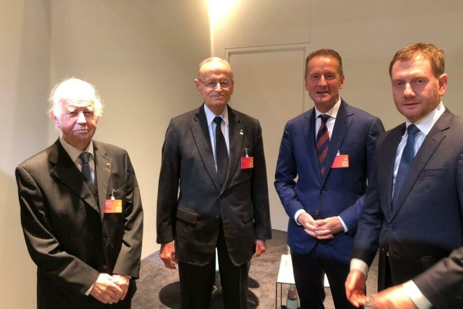Ebenfalls bei VW in Zwickau dabei: Sachsens früherer Ministerpräsident Kurt Biedenkopf, der ehemalige VW-Chef Carl Hahn, VW-Vorstand Herbert Diess und Ministerpräsident Michael Kretschmer.