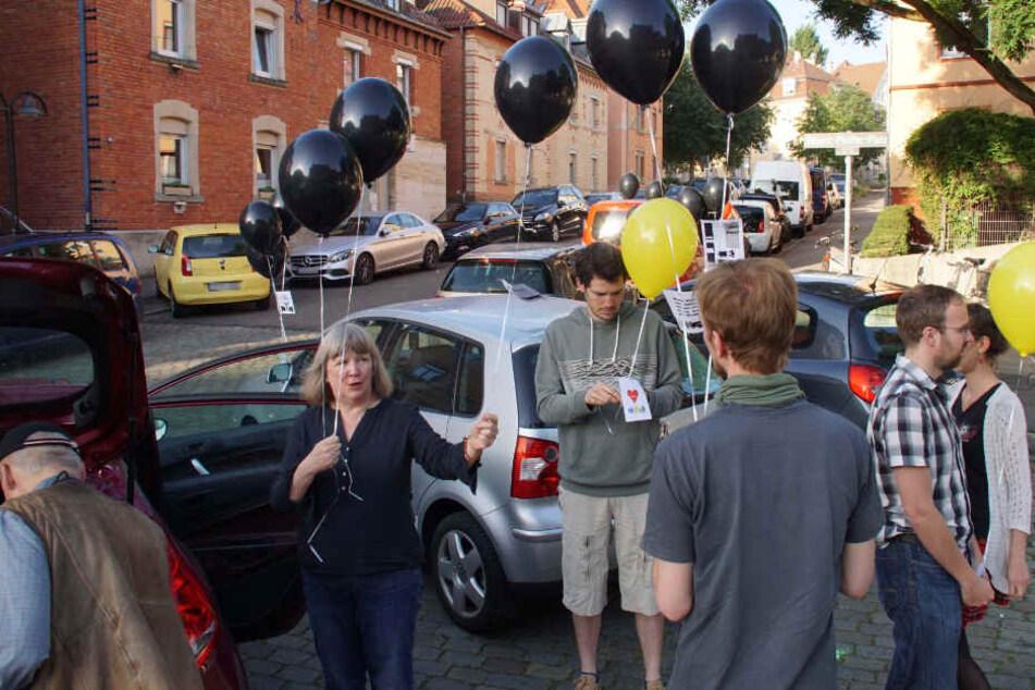 Susanne Jallow (2.v.l.) und Aktivisten am Donnerstagmorgen in Ostheim.