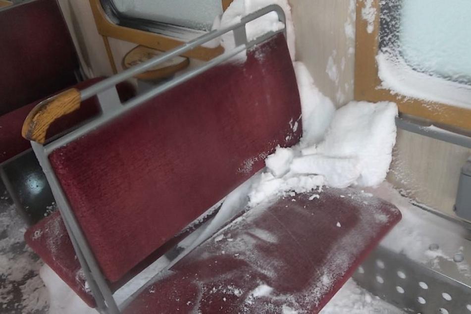 Bis ins Innere des Waggons ist der Schnee vorgedrungen.