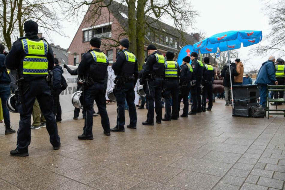 Polizisten schützten den AfD-Stand vor dem Gegenprotest.