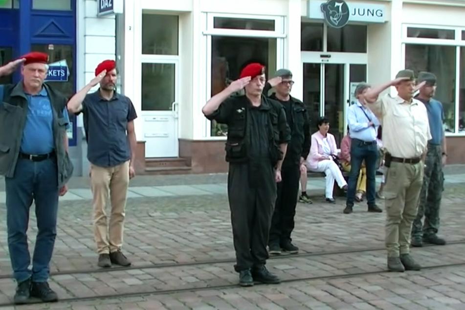Bizarrer Aufmarsch! AfD-Stadtrat salutiert in NVA-Uniform bei Demo in Sachsen