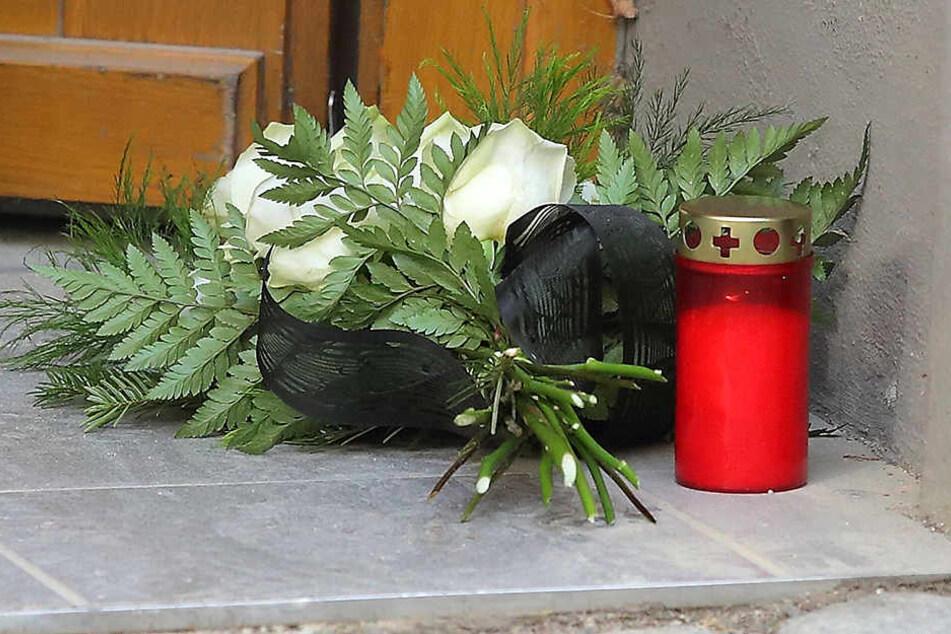Vor der Haustür wurden Blumen für das Opfer niedergelegt.
