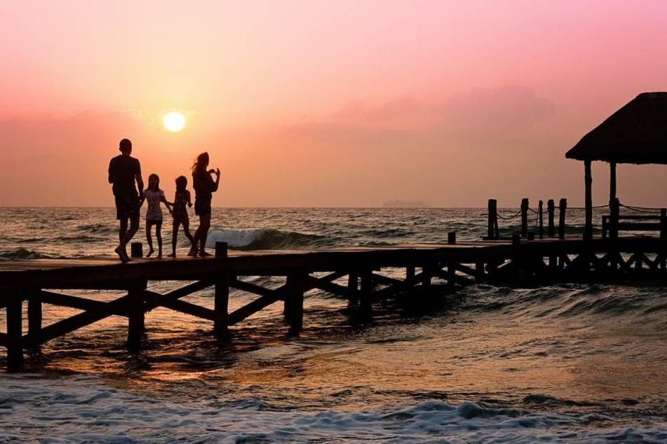 Traumdestinationen wie dieses Pier, das ins Meer führt, sind gerade in den Sommermonaten sehr beliebt. Für Familien mit schulpflichtigen Kindern ist es nun höchste Zeit, um zu buchen.