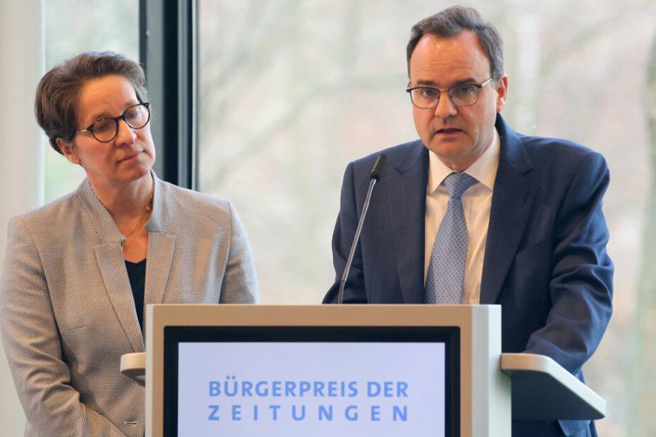 Friederike und Clemens Ladenburger sprechen während der Verleihung.
