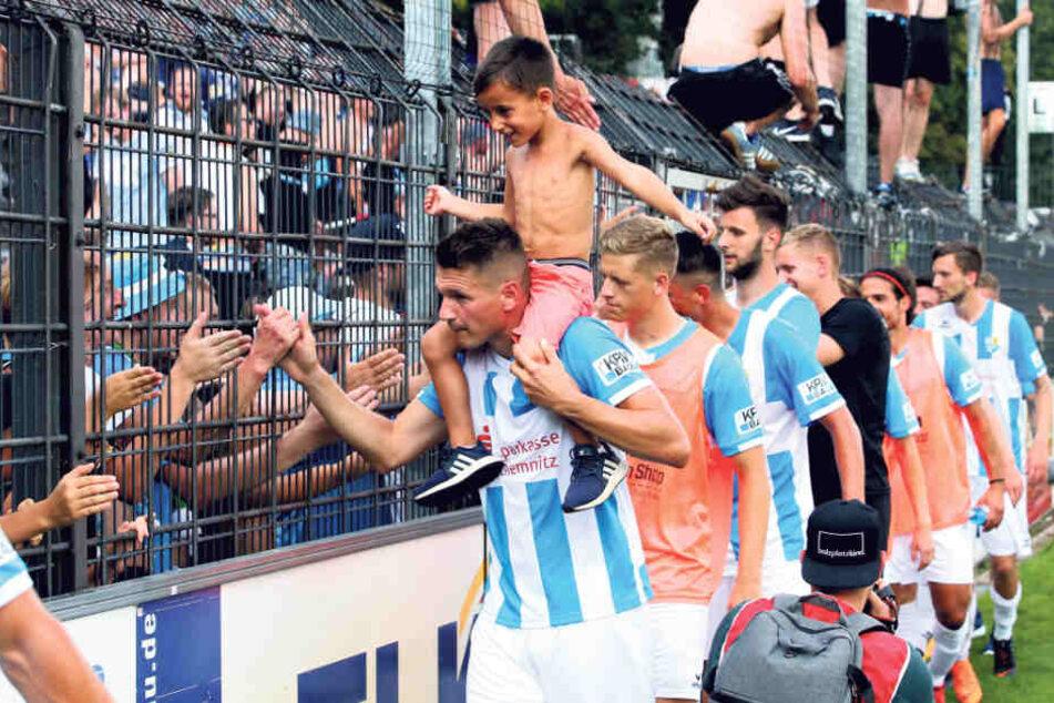 Mit seinem Neffen auf den Schultern klatschte Daniel Frahn mit den Fans ab.