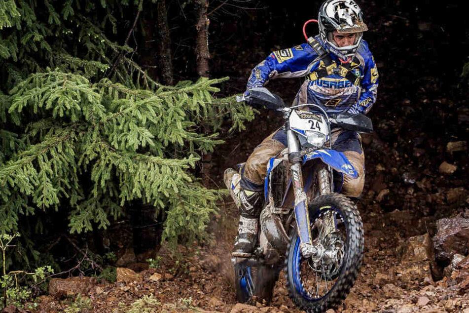 Mann jagt mit Geländewagen Motocross-Fahrer im Wald und überfährt einen