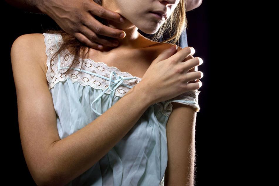 Ein 27 Jahre alter Mann soll sich mehrmals an einem kleinen Mädchen vergangen haben (Symbolbild).