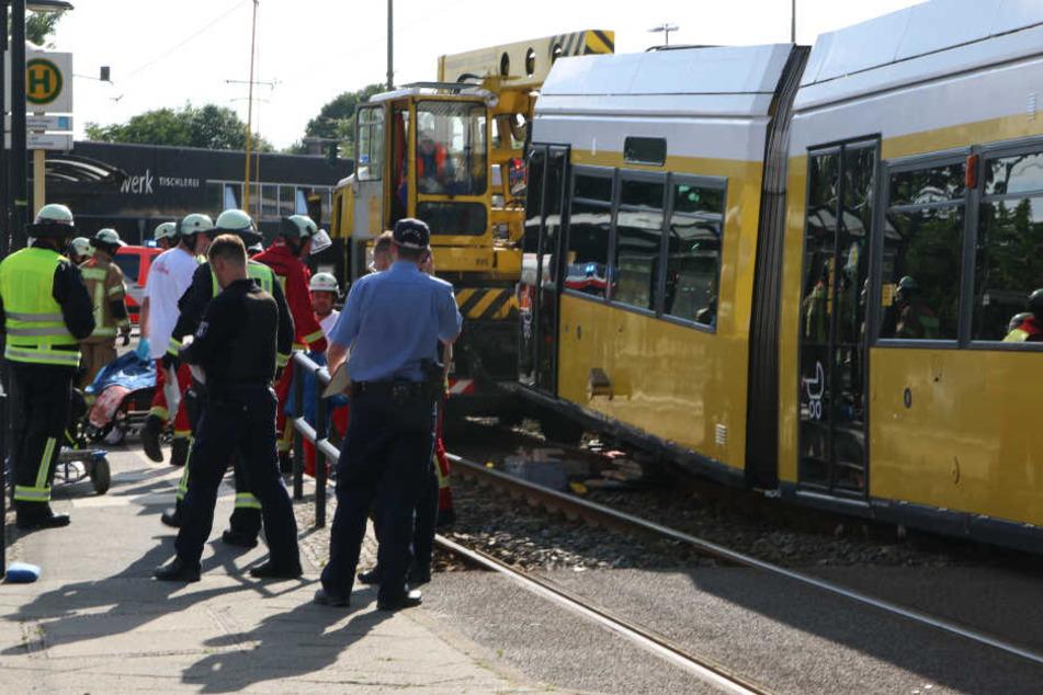 Die Schülerin war mit ihrem Fahrrad beim Überqueren der Gleise unter eine in eine Haltestelle einfahrende Straßenbahn geraten.