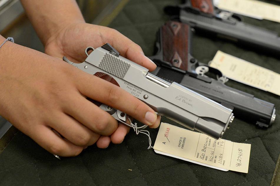 Die Beamten fanden in der Garage unter anderem zwei Gasdruckpistolen und eine Art selbstgebautes Gewehr (Symbolbild).