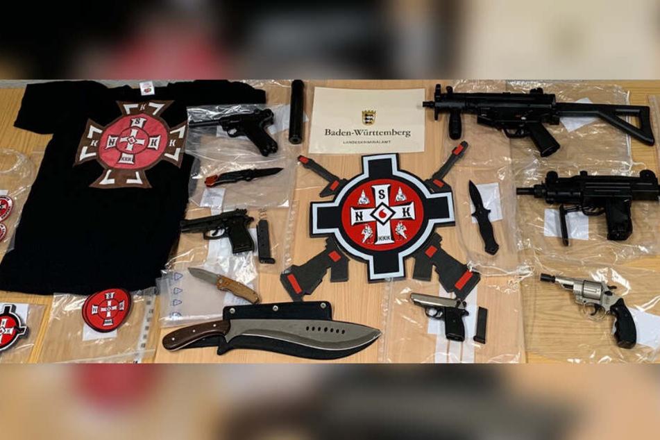 Die Ermittler konnten etwa neben Shirts auch viele Stich- und Schusswaffen sicherstellen.