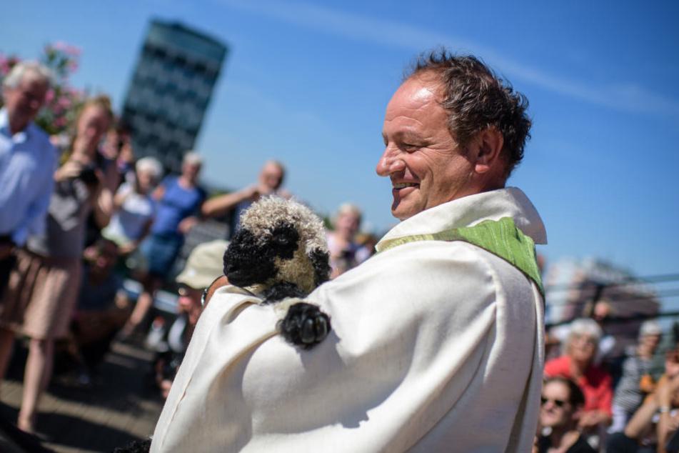 Pfarrer Schießler nahm sich auch die Zeit, die Schafe während der Messe zu füttern.
