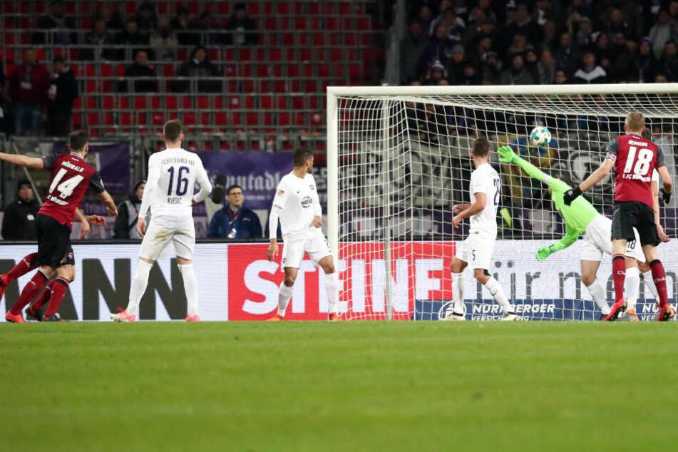 Tor für Nürnberg, Treffer zum 1:0 durch Torschütze Kevin Möhwald (14, li., Nürnberg), Aue-Torhüter Martin Männel streckt sich vergebens.