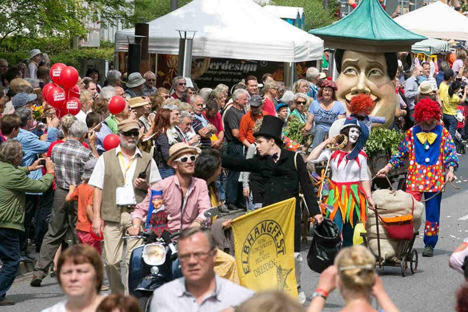 Tausende Zuschauer begleiten traditionell den Festumzug von Loschwitz nach Pillnitz.