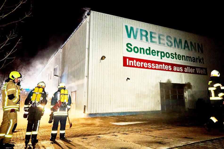 Die Feuerwehrleute warteten anfangs auf Verstärkung.