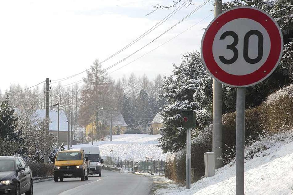 Trotz Blitzer: Auf der S 177 in Wünschendorf hält sich kaum einer an das Tempolimit.