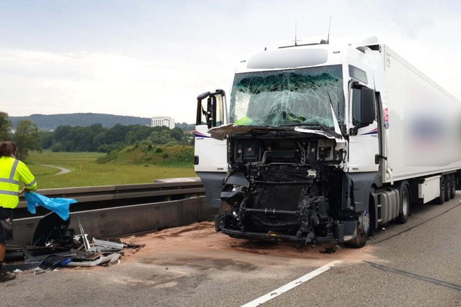 Schwerer Unfall auf der A8: Drei Lkw und Auto krachen ineinander