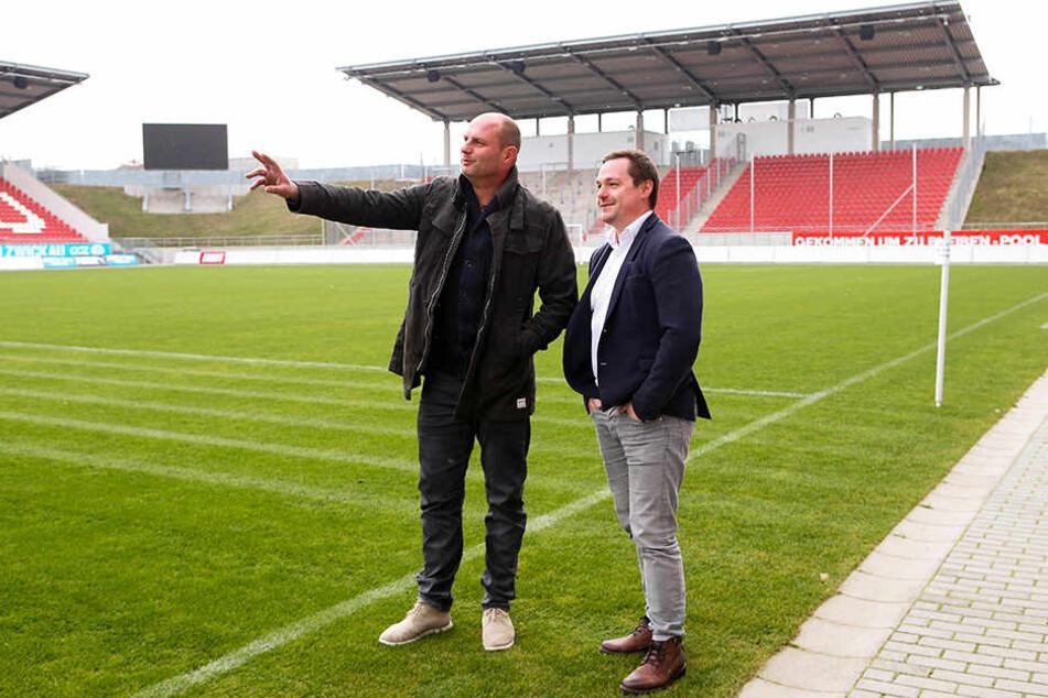 """Das Stadion Zwickau als Austragungsort für ein """"Eispiraten-Winterspiel""""? David Wagner (l.) zeigt Jörg Buschmann, wo die ETC-Fans aus der Heinekurve dann stehen würden."""