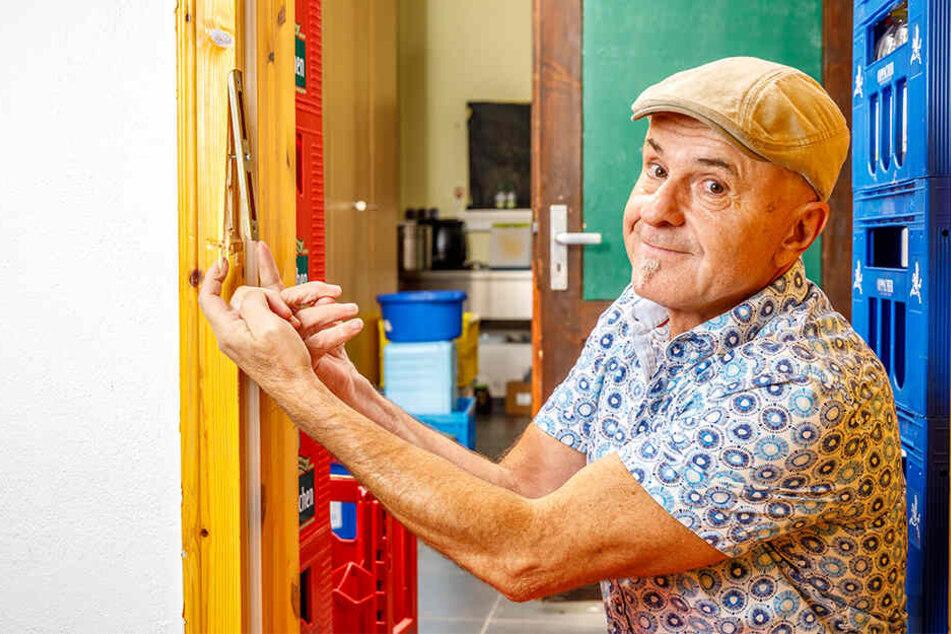 Betriebsleiter Uwe Kloß (60) zeigt den Einbruchsschaden, den die Einbrecher hinterließen.