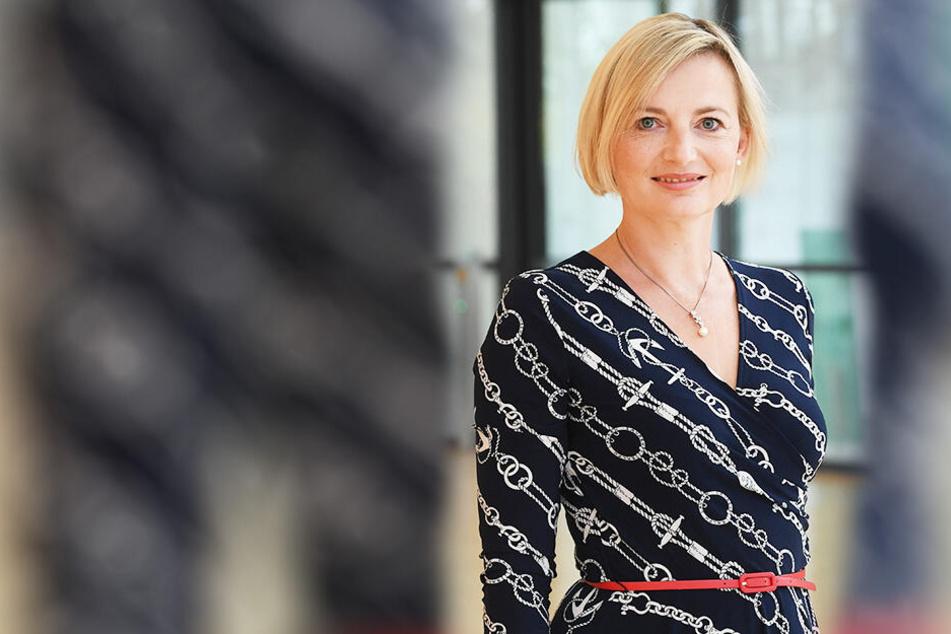 CDU-Politikerin Daniela Kuge (44) traut sich was: Sie lässt sich im Theater Meißen von einer Bodypaint-Künstlerin bemalen.
