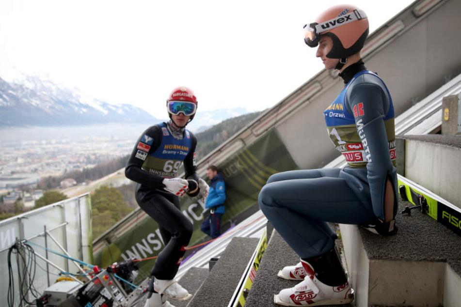 Karl Geiger (r) sitzt auf der Treppe neben Philipp Aschenwald aus Österreich.