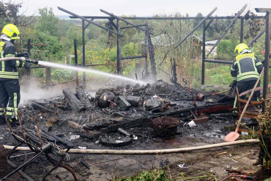 Die Feuerwehr konnte von den Gebäuden nichts mehr retten.