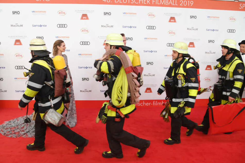 Feuerwehrmänner am roten Teppich: Die Gäste müssten warten bis es Entwarnung gab.