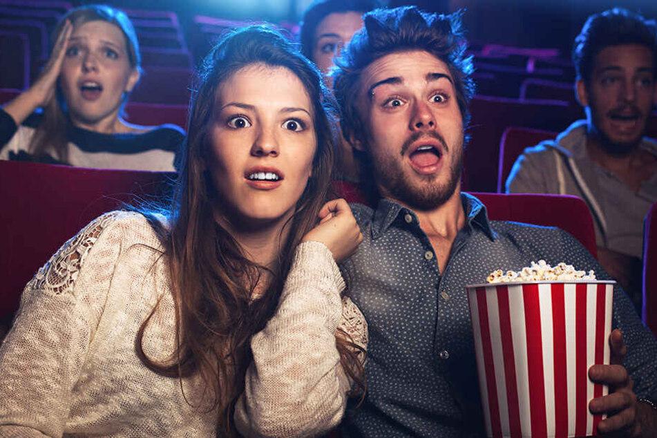 Mit der oder dem Liebsten das Kino zu besuchen und sich so richtig zu gruseln, kann Euch anturnen.