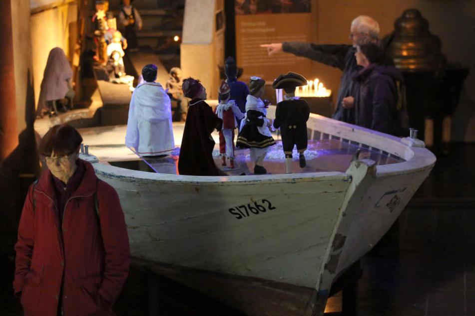 Die hochschwangere Maria in einem Flüchtlingsboot aus dem Mittelmeer - diese ungewöhnliche Krippenszene zeigt jetzt eine Kölner Kirchengemeinde.