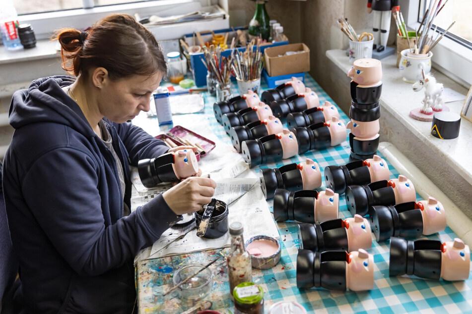 Spielzeugmacherin Carola Seifert (39) bemalt Nussknacker. 600 Stück von ihnen verlassen jährlich die Werkstatt.
