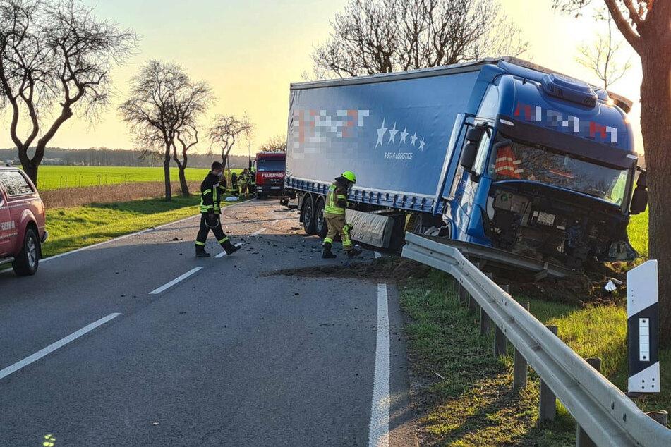 Tödlicher Unfall: Pkw kracht frontal in Laster, Verursacher begeht Fahrerflucht
