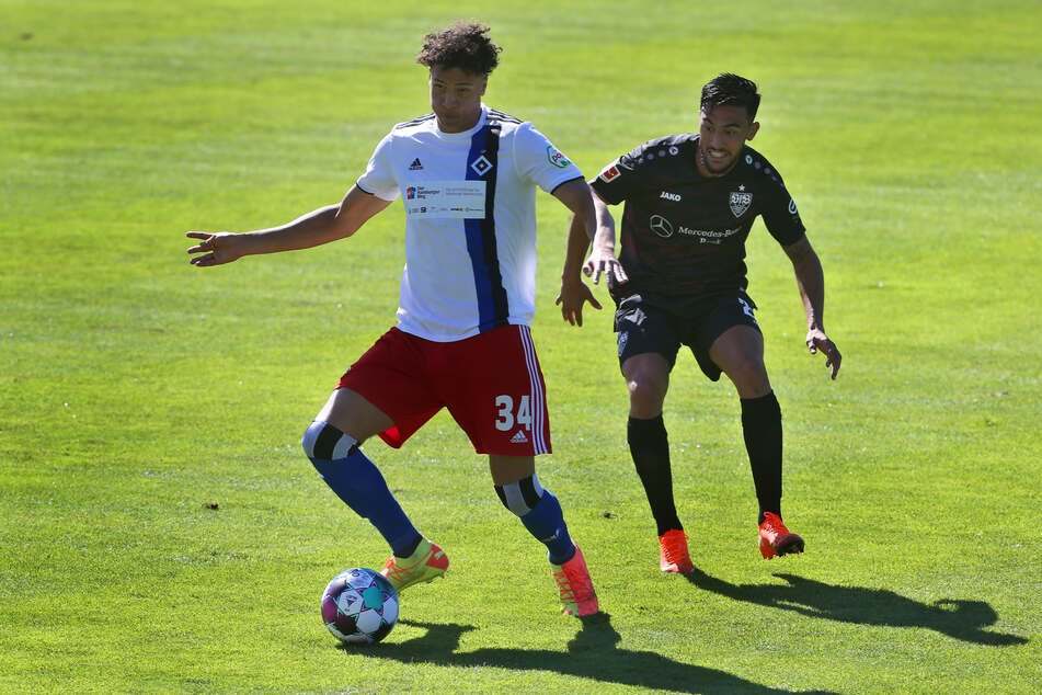 HSV-Youngster Jonas David (21, l.) hat sich in der Vorbereitung in die Mannschaft gespielt und wird neben Kapitän Sebastian Schonlau in der Innenverteidigung auflaufen. (Archivfoto)