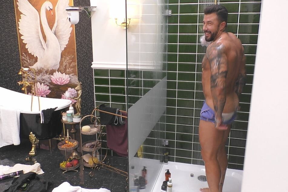 Mischa (28) zeigt unter der Dusche sein Hinterteil - Sascha hat's sogar gesehen!