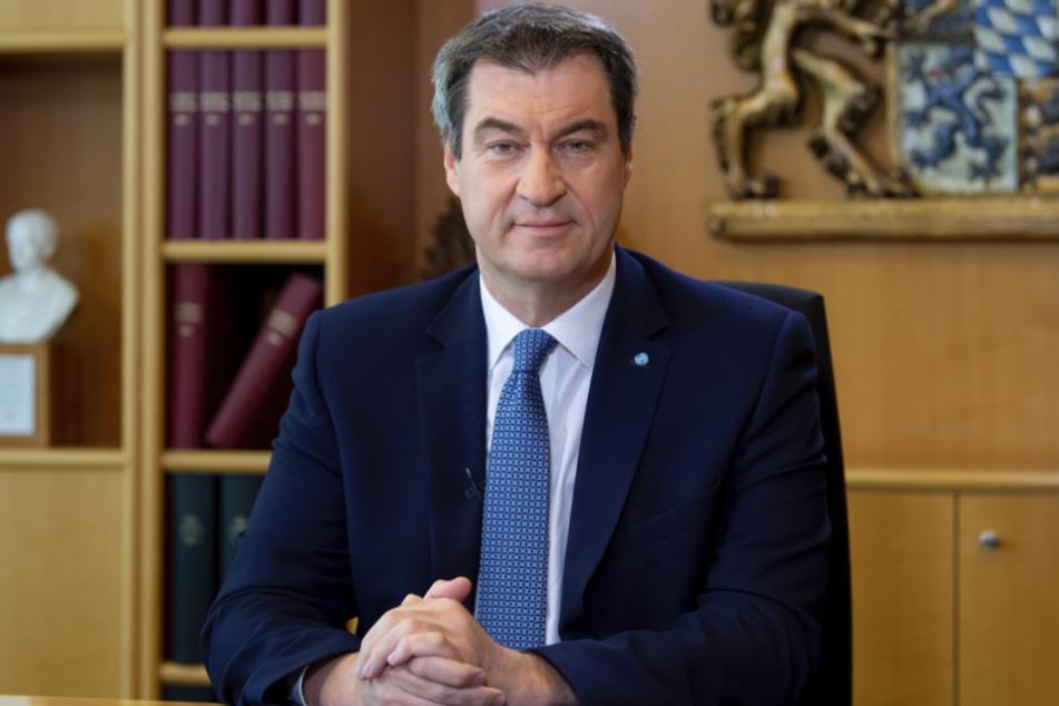 Markus Söder (CSU), Ministerpräsident von Bayern, sitzt kurz vor der Aufzeichnung seiner Osteransprache für das Bayerische Fernsehen (BR) an seinem Schreibtisch.