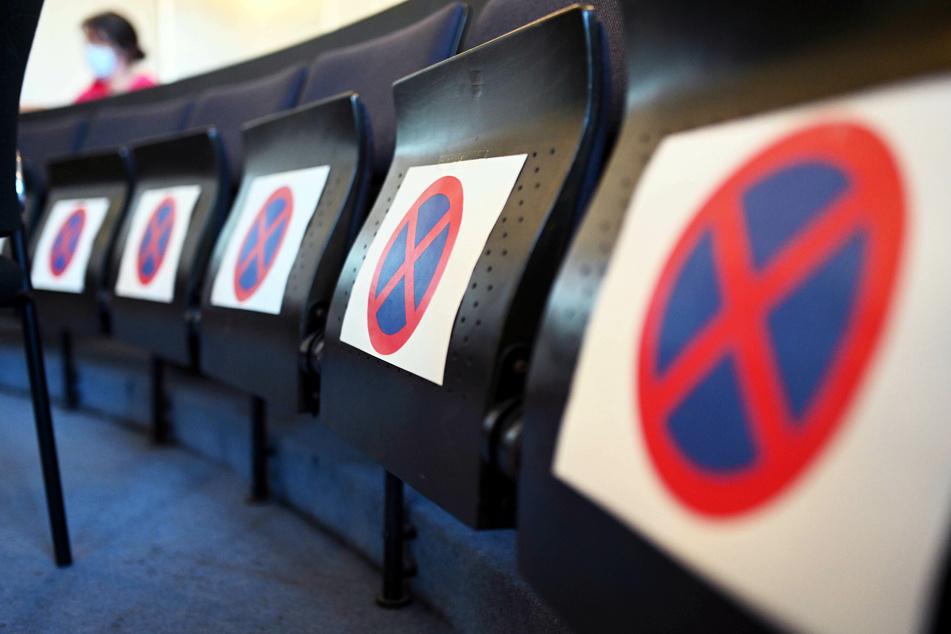 Im Schwurgerichtssaal des Landgerichts sind Sitze gesperrt.