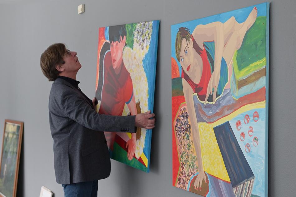 """""""Attacke"""" zeigt Gemälde und Fotoarbeiten des Künstlers Florian Merkel (59)."""