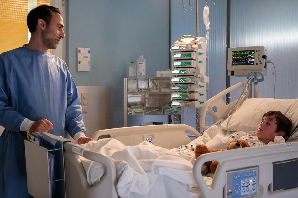 Vater Rajat hat seinen Sohn Anil in die Klinik gebracht. Kurz darauf wird der Junge plötzlich bewusstlos.