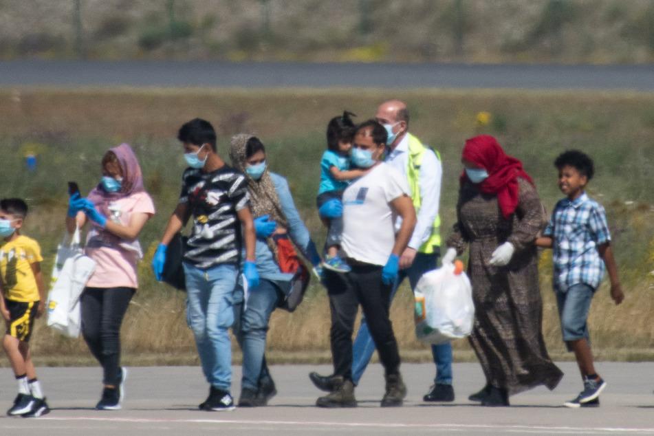 Flüchtlingsfamilien mit kranken Kindern von griechischen Inseln aufgenommen